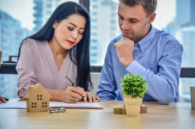Close-up mão assinar contrato compra casa