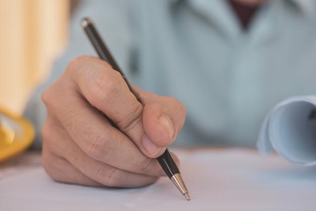 Close-up mão cantar contrato de contrato imobiliário, negócios cantar no documento