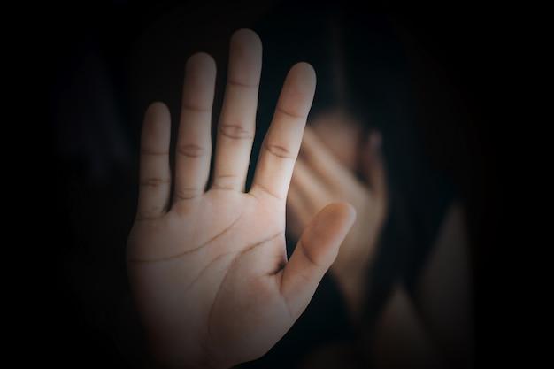 Close-up mão de mulher mostrando stop violência contra as mulheres