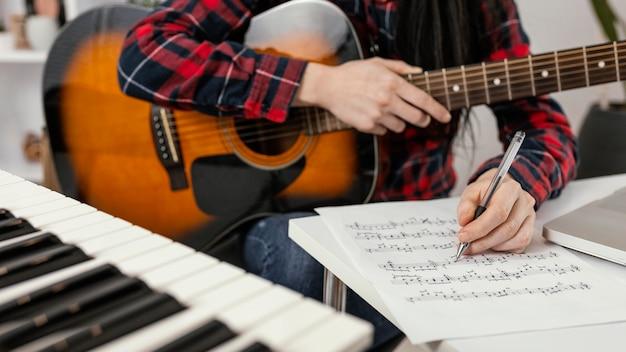 Close-up mão escrevendo uma música