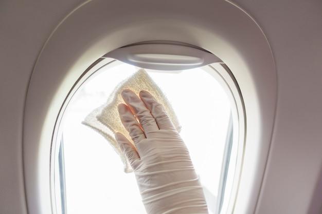 Close-up mão está usando luvas de limpeza de aeronaves para pandemia de prevenção covid-19