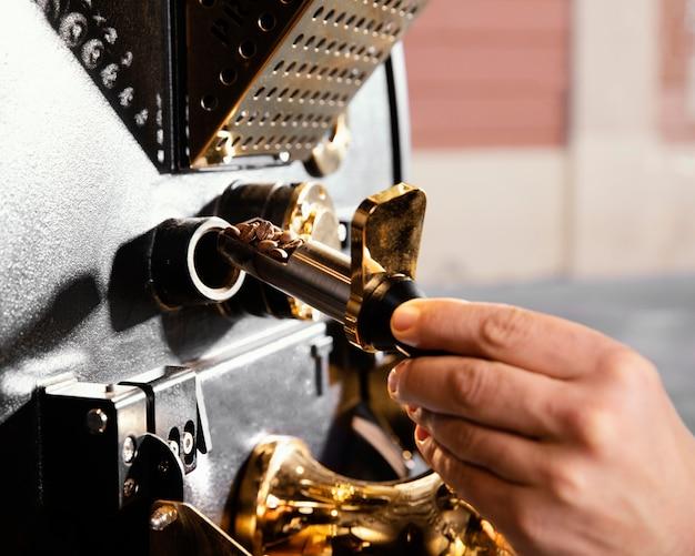 Close-up mão preparando café