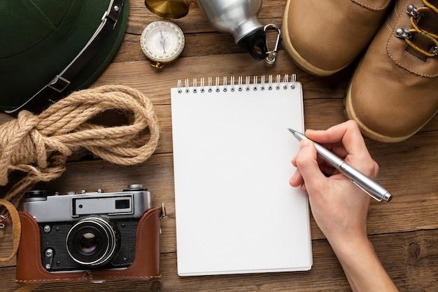 Close-up mão segurando a caneta para escrever