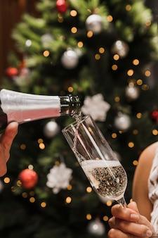 Close-up mão segurando a taça de champanhe