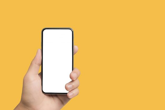Close-up mão segurando a tela em branco do smartphone para texto e conteúdo