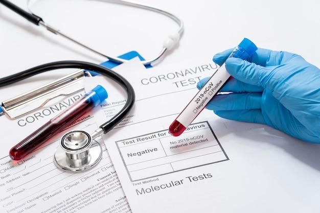 Close-up mão segurando amostras de doenças em cima da mesa