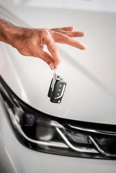 Close-up mão segurando as chaves do carro