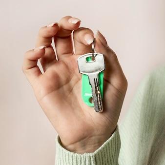 Close-up mão segurando as chaves