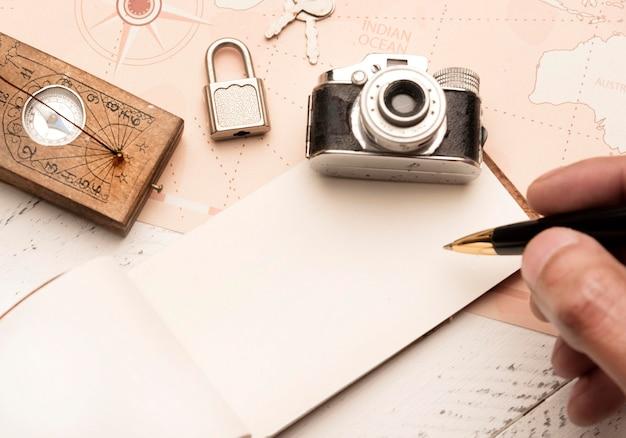Close-up mão segurando caneta