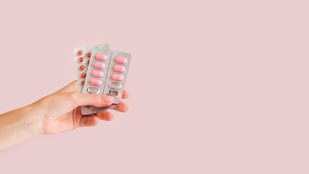 Close-up mão segurando comprimidos