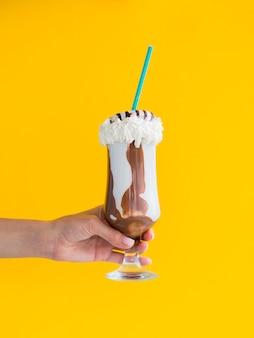 Close-up mão segurando copo de shake