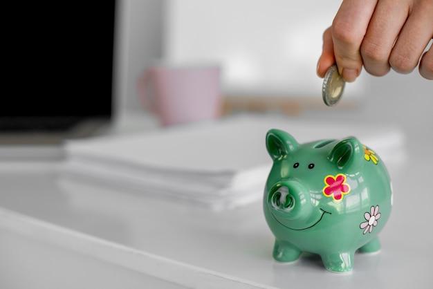 Close-up mão segurando moeda