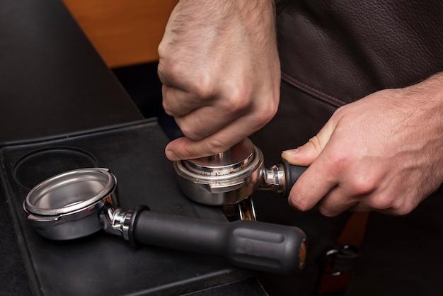 Close-up mão segurando o filtro de café