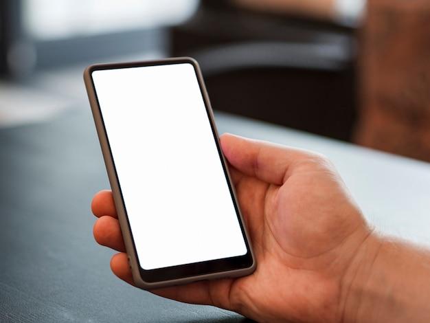 Close-up mão segurando o modelo de telefone