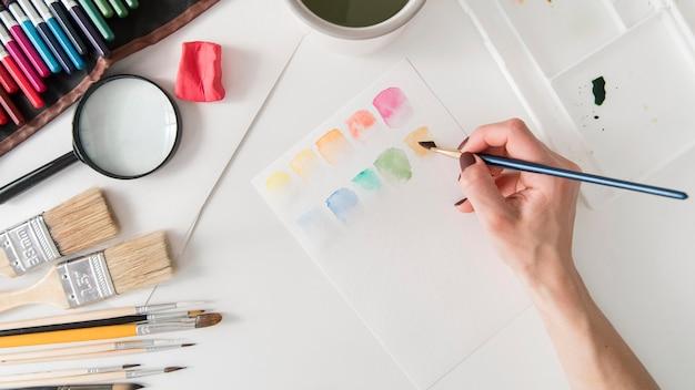 Close-up mão segurando o pincel de pintura