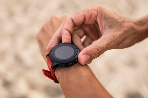 Close-up mão segurando o relógio