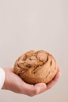 Close-up mão segurando pão pequeno