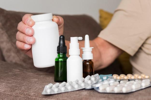 Close-up mão segurando remédio