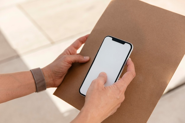 Close-up mão segurando smartphone