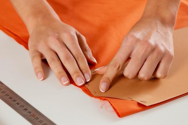 Close-up mão segurando um papelão