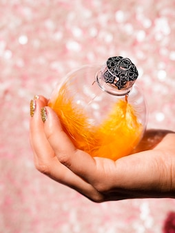 Close-up mão segurando uma bola de decoração