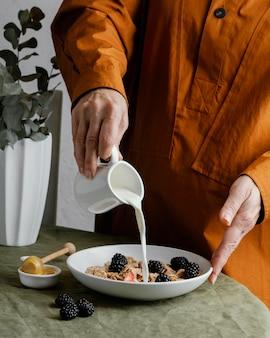 Close-up mão servindo leite