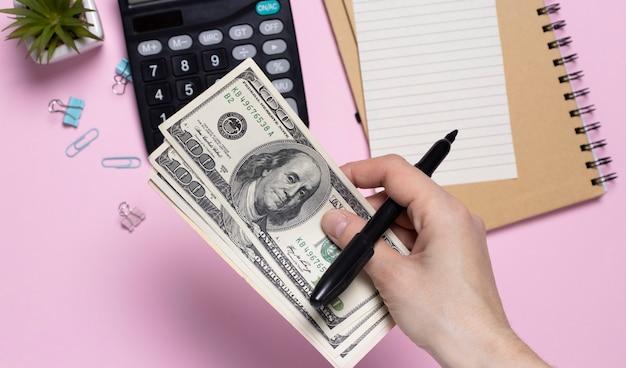Close-up mãos contando dinheiro dólares americanos, contando dinheiro dólares americanos com a mão, efeito de tom vintage, renda e conceito de negócio.