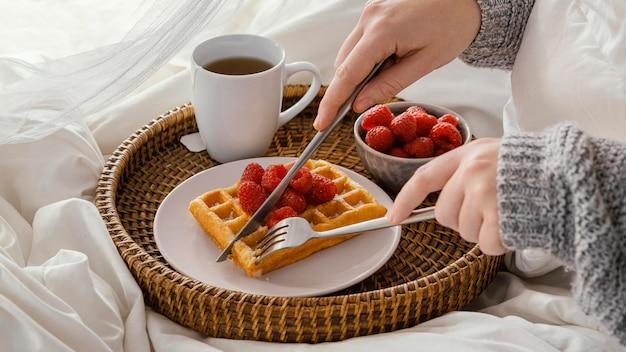 Close-up mãos cortando waffle