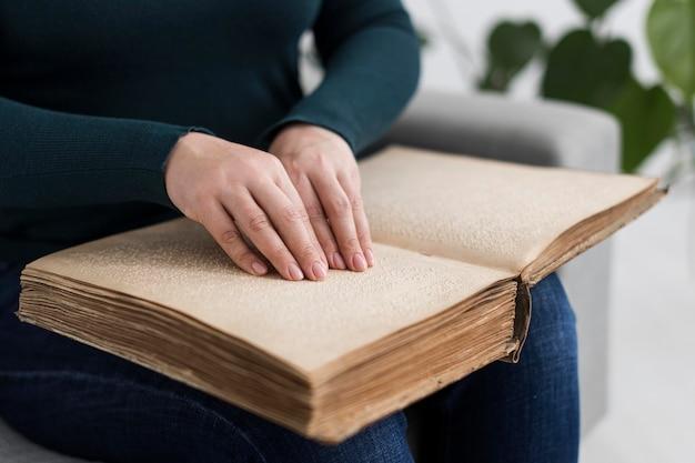 Close-up mãos lendo livro