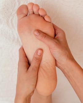Close up mãos massagem pé