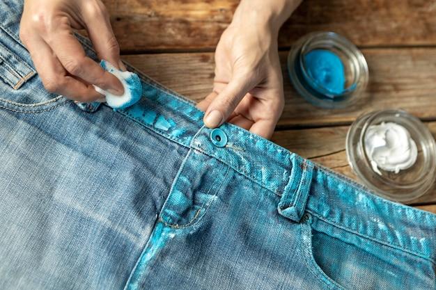 Close-up mãos pintando jeans