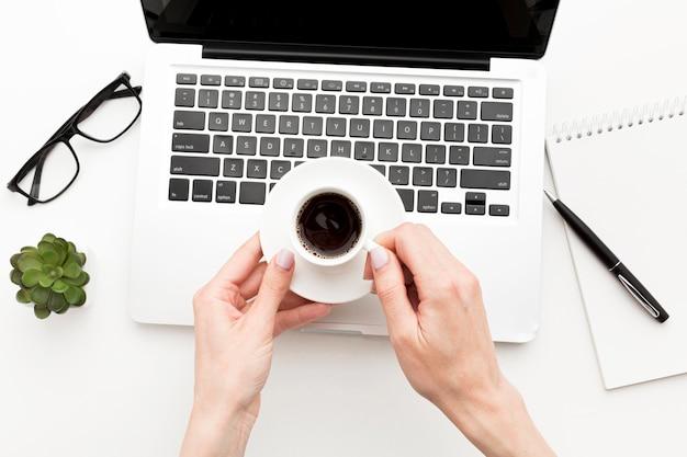 Close-up mãos segurando café
