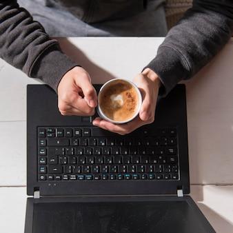Close-up mãos segurando uma xícara de café
