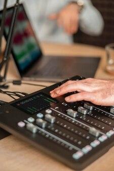 Close-up mãos trabalhando na estação de rádio