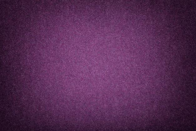 Close up matt roxo escuro da tela da camurça. textura de veludo de feltro.