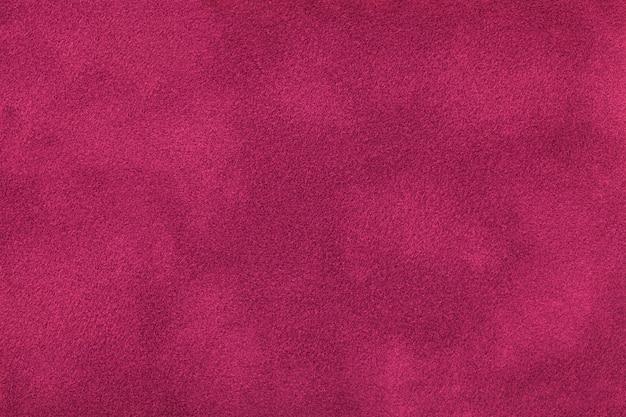 Close up matt roxo escuro da tela da camurça. textura de veludo.