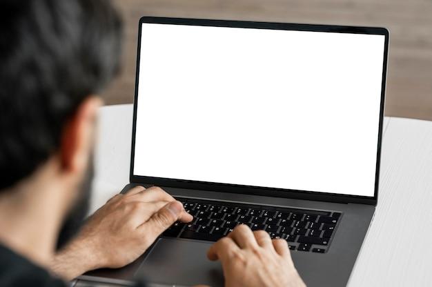 Close-up médico navegando no laptop