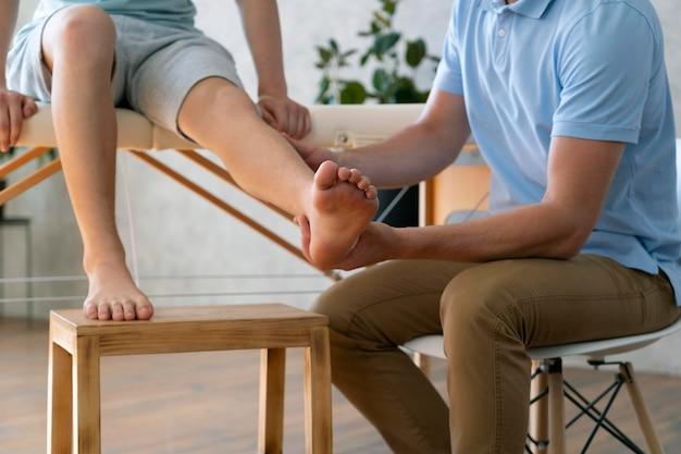 Close-up médico segurando a perna