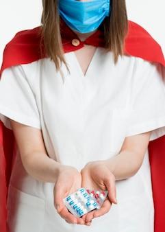 Close-up médico segurando comprimidos