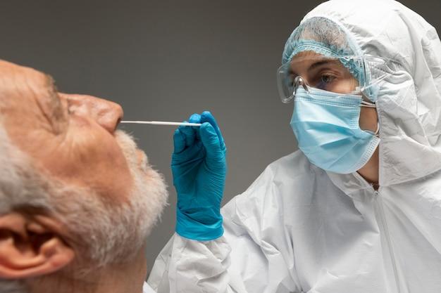 Close-up médico testando paciente