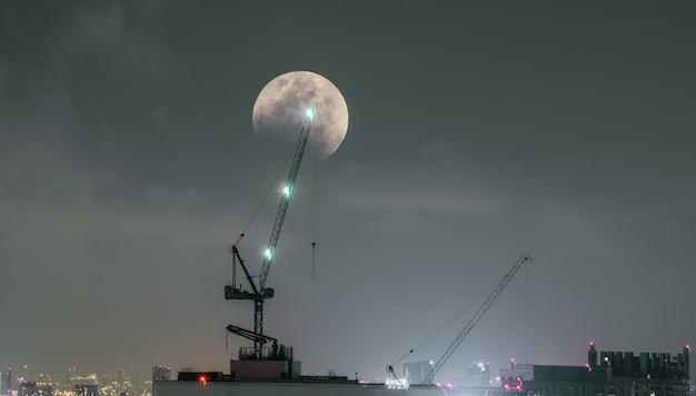 Close-up, meia lua no lado de construções