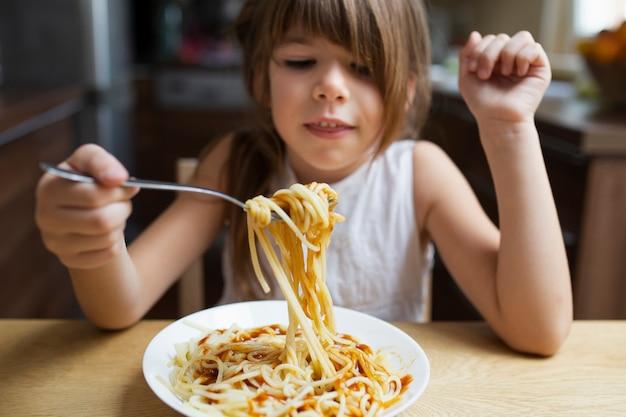 Close-up, menina bebê, comer, macarrão prato