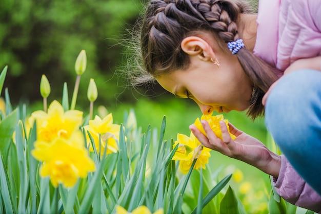 Close-up, menina, cheirar, flor