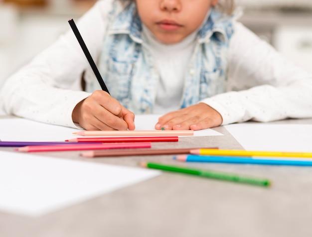 Close-up menina colorir em casa