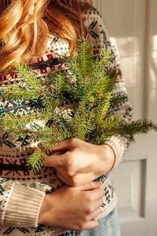 Close-up, menina, segurando, abeto, árvore galhos