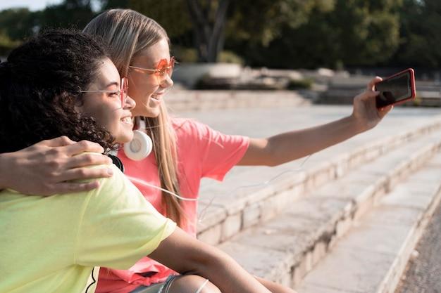 Close-up meninas tirando selfie juntas