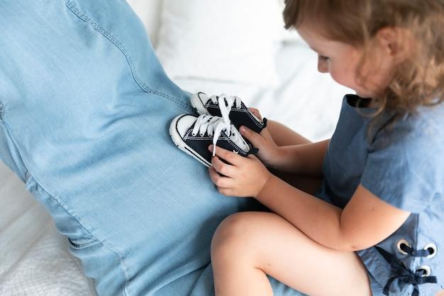 Close-up, menininha, tocando, com, smalls, sapatos