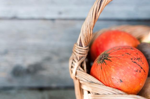 Close-up metade de uma cesta com legumes