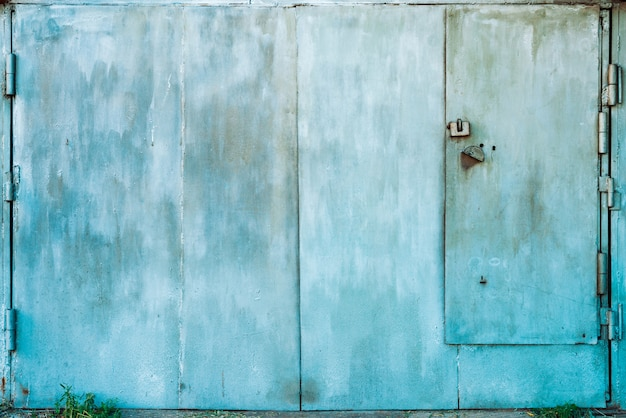 Close-up metálico fechado da porta da garagem da oxidação imperfeita.