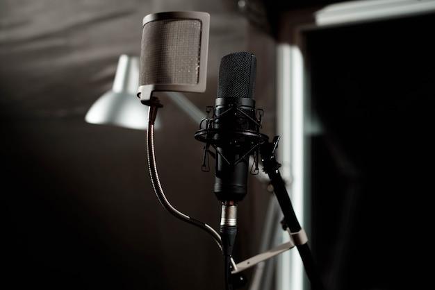 Close up microfone condensador de estúdio com filtro pop e anti-vi